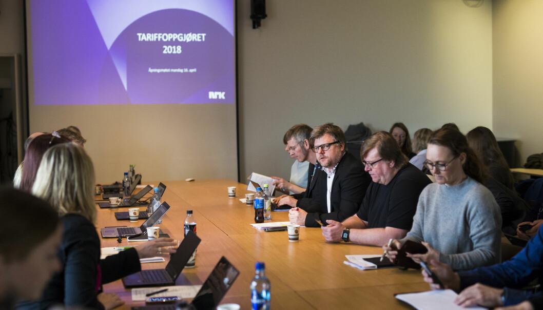 <p>Brudd i NRK-forhandlingene, bilde fra overlevering av kravene. NRKJ-leder Richard Aune nr. to fra venstre. Foto: Kristine Lindebø </p>