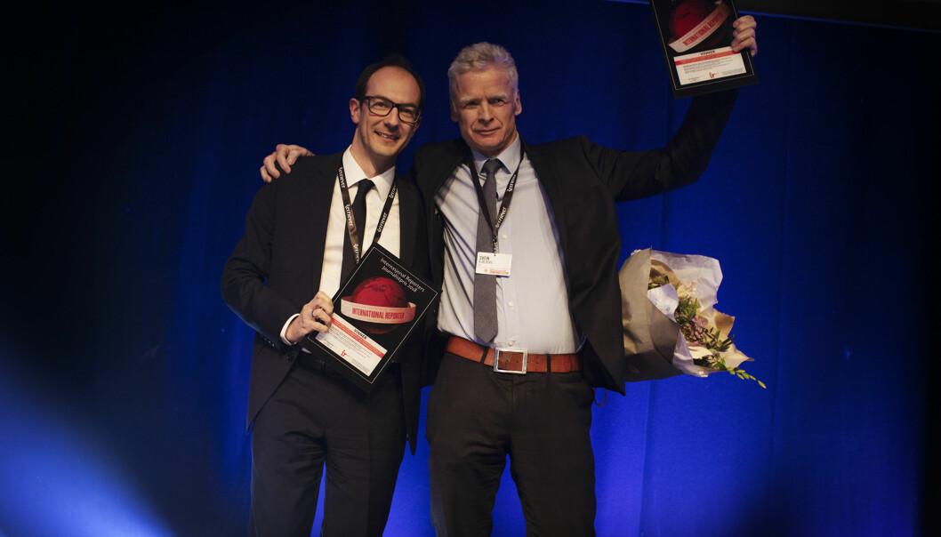 Stian Eisenträger og Svein Kjølberg fra VG tok i mot IR-prisen på scenen i Tønsberg fredag kveld, for dokumentarprosjektet «Det Hvite Raseriet». Foto: Andrea Gjestvang