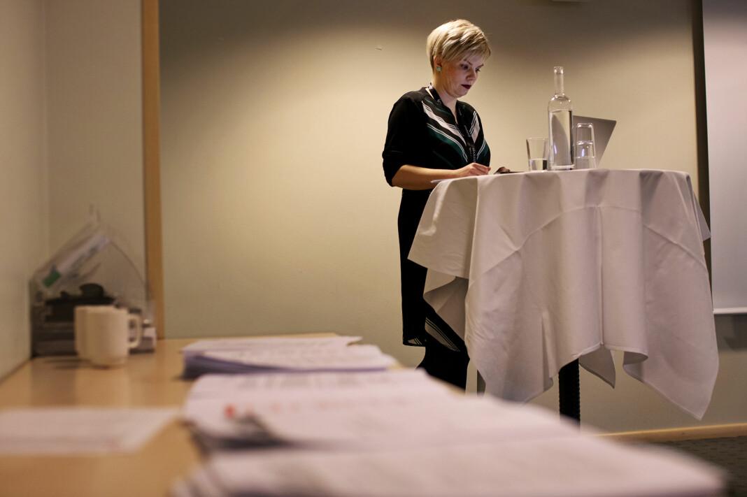 Silje Sjursen Skiphamn leder årsmøtet i Skup. Foto: Andrea Gjestvang