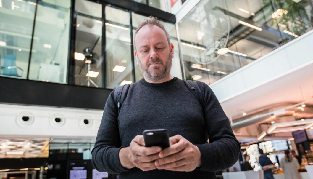 For professor Lars Nyre, Institutt for informasjons- og medievitenskap ved Universitetet i Bergen, er vår avhengighet av smarttelefonen et godt eksempel på at maskinene overtar. Foto: Otto von Münchow