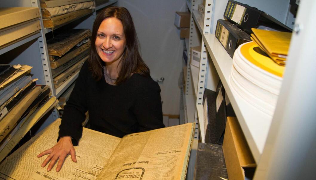 Linn Katrine Yttervik på jakt etter gamle skatter fra arkivet til lokalavisa som feiret 125 år i fjor. Foto: Privat