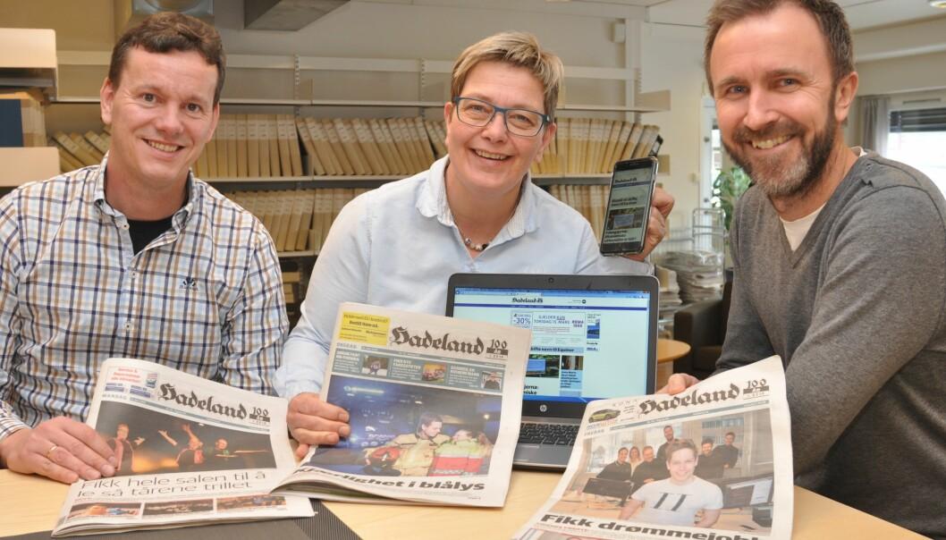 Avisen Hadeland medRagnar Sørbråten, redaktør Sissel Skjervum Bjerkehagen og Bjørn Bjørkli. Foto: Hadeland