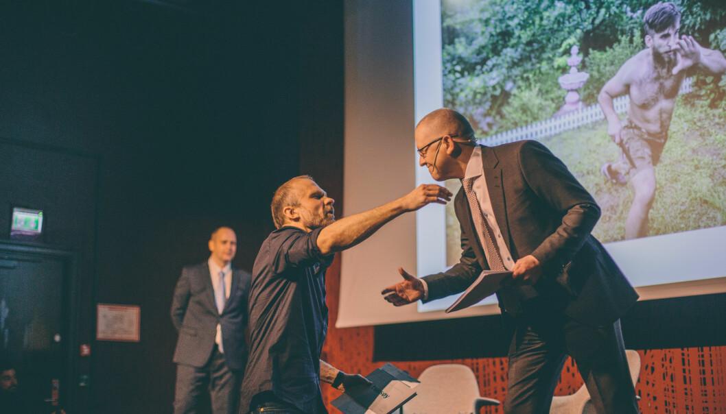 VG-fotograf Espen Rasmussen ble Årets fotojournalist under prisutdelingen fredag. Her tar han i mot 2. pris Nyhetsreportasje fra konferansier Finn A. Vaage. Foto: Marte Vike Arnesen