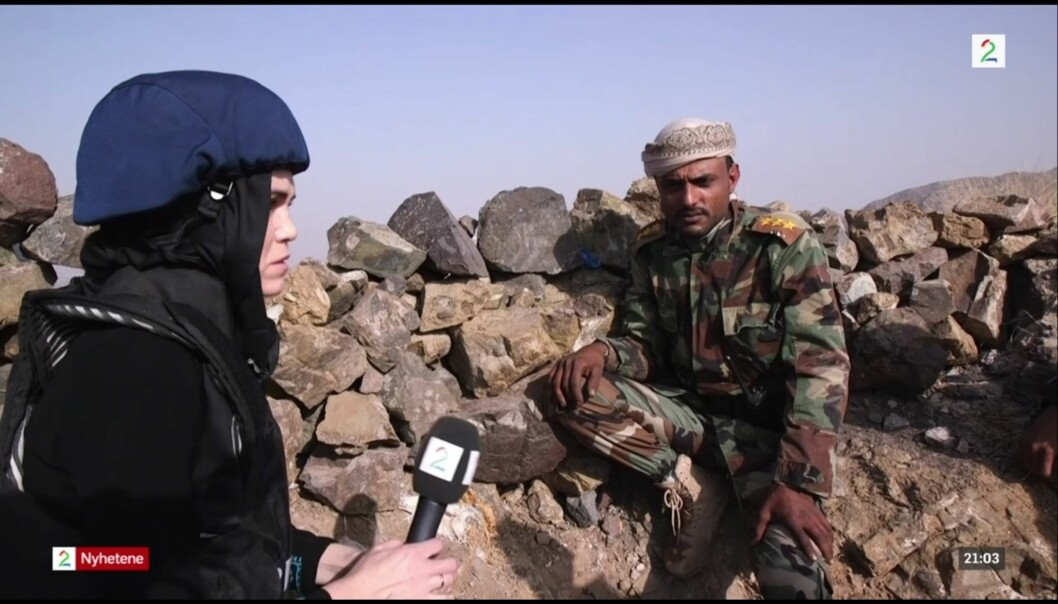 TV 2s reporter Sonja Skeistrand Sunde intervjuer Yaseen Al-Buraihi, som er regjeringsstyrkenes styrkesjef i byen Taiz, like ved grensa til de houti-kontrollerte områdene i Jemen. Foto: Ole Ebbesen/Skjermdump, TV2.no