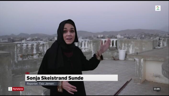 <p>TV 2s reporter Sonja Skeistrand Sunde rapporterte fra Jemen fra taket av hotellet deres, før de måtte søke dekning i fire dager. Arkivfoto: Skjermdump, TV2.no</p>