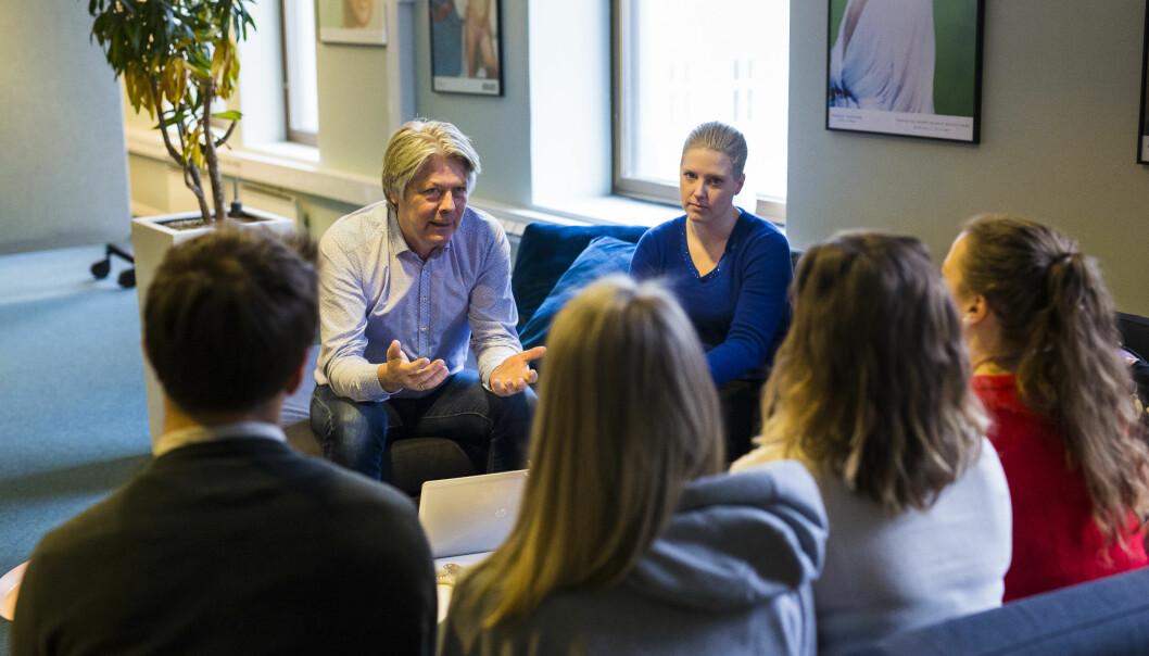 Nyhetsredaktør Erik Stephansen og debattredaktør Siv Elisabeth Bjerke snakker med nyansatte studenter, som hjelper dem å moderere debatten i kommentarfeltene. Foto: Kristine Lindebø