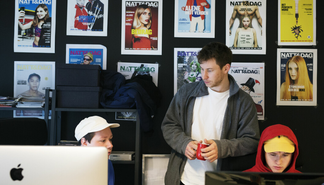 Natt&Dag-redaktør Nikolai Kleivan snakker med journalist Ludvig Furu om en sak. Ved siden av sitter Yngve Sikko. Foto: Kristine Lindebø