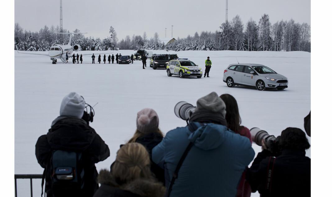 Kate og William tas i mot av Mette Marit og Håkon, og et femtitalls pressefolk. Foto: Andrea Gjestvang
