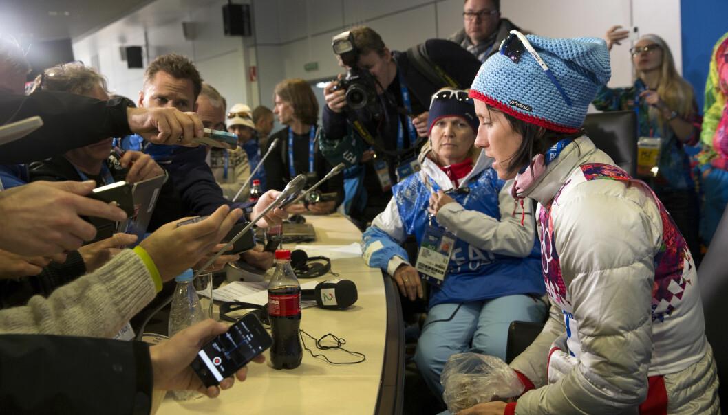 En rørt Marit Bjørgen møter pressekorpset etter et av gullene hun vant under forrige vinter-OL i Sotsji i Russland. Under kommende vinter-OL i Sør-Korea blir det færre journalister fra norske redaksjoner. Foto: Terje Bendiksby/NTB scanpix