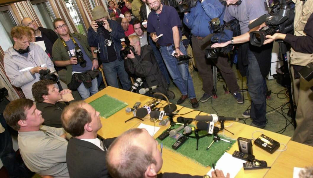 Journalister er uenige om mediene bør granske Baneheia-saken. Her fra en fullstappet pressekonferanse i Kristiansand i september 2000, der det ble bekreftet at to personer er pågrepet. Foto: Heiko Junge / SCANPIX