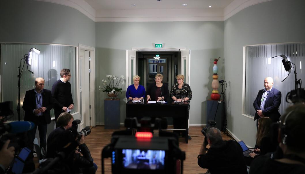 Partilederne Erna Solberg (H), Siv Jensen (Frp) og Trine Skei Grande (V) møtte pressen søndag ettermiddag på Hotel Jeløy Radio. Foto: Torstein Bøe / NTB scanpix