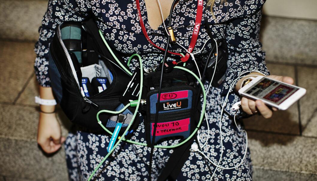 <p>En videoreporter fra VGTV er utstyrt med alt hun trenger for å rapportere fra valgnatten. Foto: Andrea Gjestvang</p>