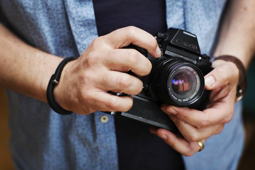 To fotojournalister gir deg sine beste tips i Journalistens sommerskole. Her illustrert med Reuters-fotografens Odd R. Andersens første kamera.