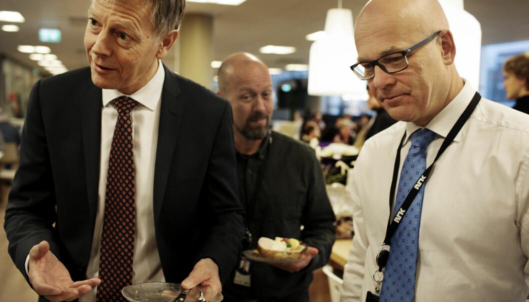 Personaldirektør Olav Nyhus med kringkastingssjef Thor Gjermund Eriksen i NRK-kantina. Etikkredaktør Per Arne Kalbakk i bakgrunn. Foto: Andrea Gjestvang