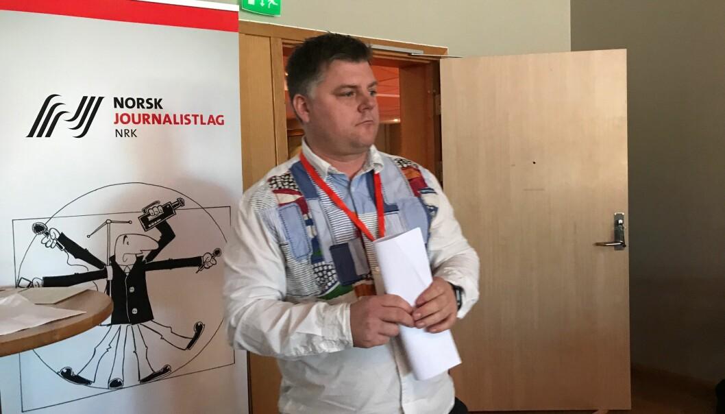 <p>Richard Aune forbereder seg på å legge fram årsmeldingen for årsmøtet. Foto: Glenn Slydal Johansen</p>