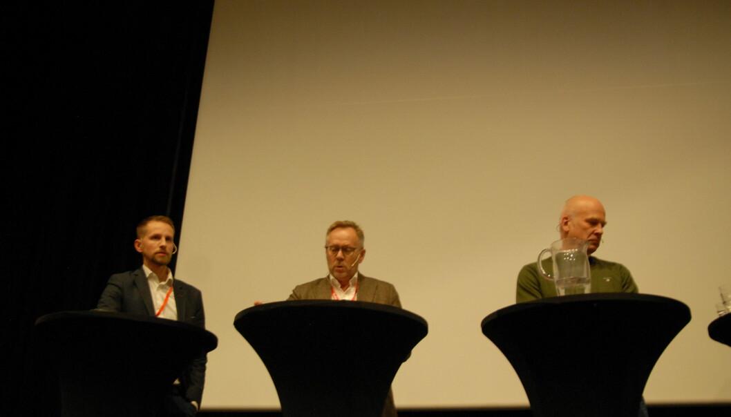 Helge Nitteberg (fra venstre) og John Arne Markussen tok tak i NRK og kringkastingssjef Thor Gjermund Eriksen under debatten på Svarte Natta. Foto: Martin Huseby Jensen
