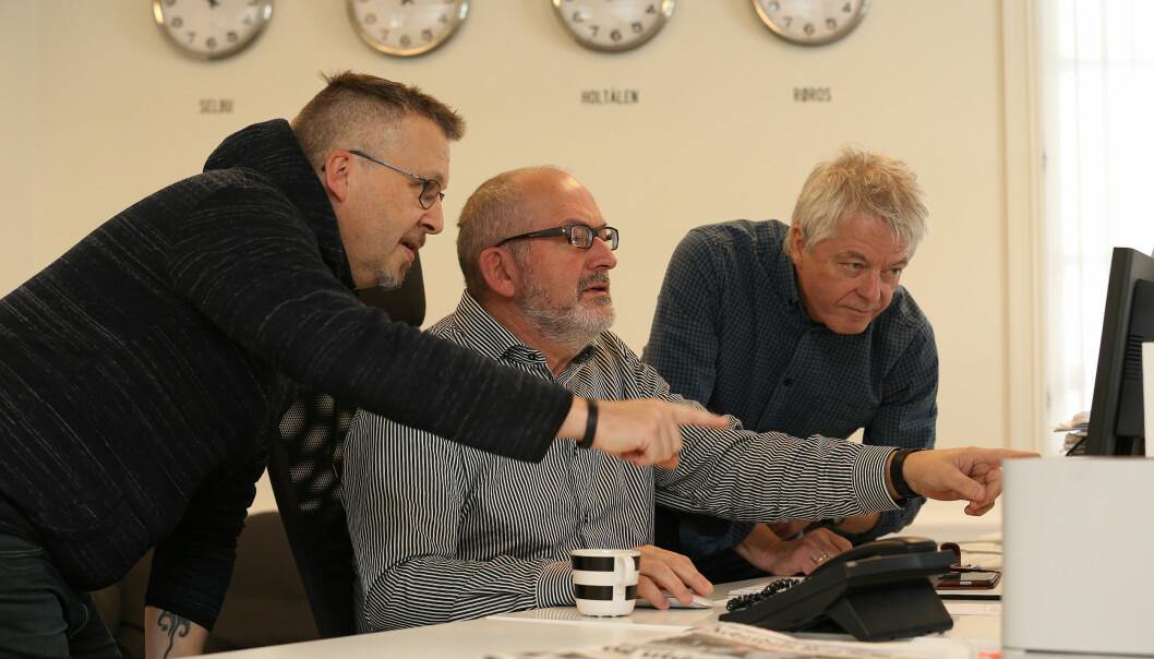 Journalistene Per Magne Moan (til venstre) og Nils Kåre Nesvold (i midten) diskuterer saker med journalist og redaktør Andreas Reitan. Foto: Harald Vingelsgaard