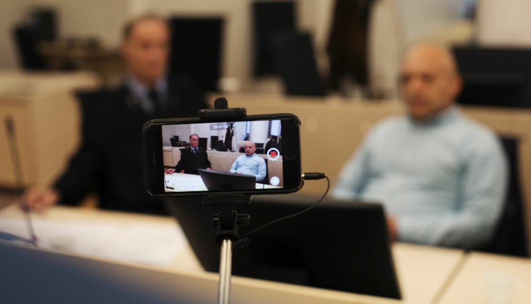 <p>En iPhone-reporter filmer forsvarer Benedict de Vibe og Gjermund Cappelen før retten settes. Arkivfoto: Andrea Gjestvang<br></p>