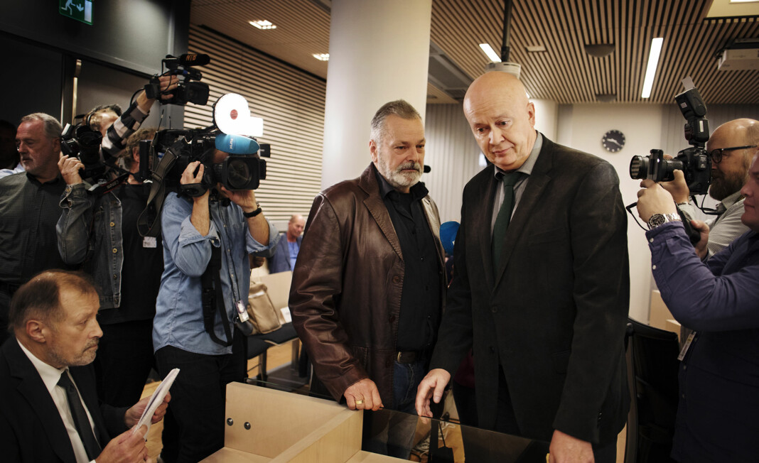 <p>Den tidligere politimannen Eirik Jensen ankommer rettsalen sammen med forsvarer Arild Holden. Rettskommentator Inge D. Hanssen sitter klar. Arkivfoto: Andrea Gjestvang</p>