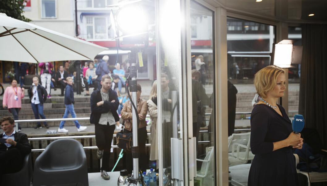 Programleder Sigrid Sollund tester lyset like før sending, mens gjestene samler seg utenfor. Reporter Sigrud Flæten (i midten i bakgrunnen) snakker med noen av dem. Kollega Sophie Lorch-Falch skimtes på land i bakgrunn. Alle foto: Andrea Gjestvang