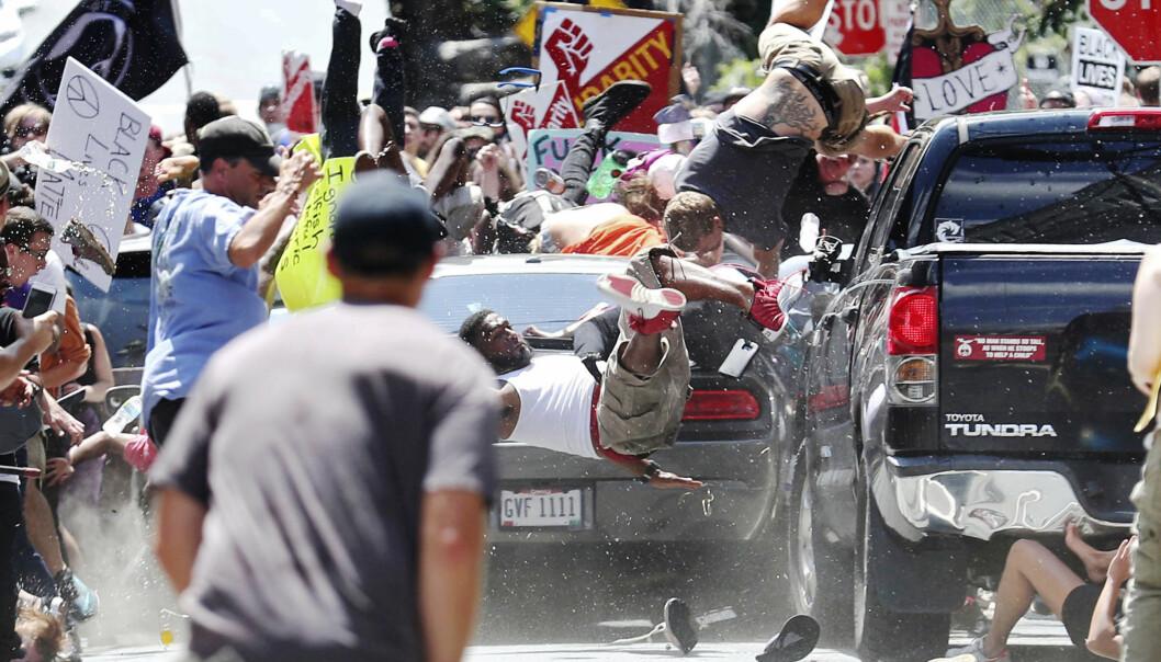 Tilfeldighetene gjorde at Ryan Kelly ikke stod midt i veien da bilen kom kjørende. Han fanget til gjengjeld en grusom handling. Et klassisk pressebilde, sier lederen i Pressefotografenes Klubb. Foto: Ryan M. Kelly/The Daily Progress via AP
