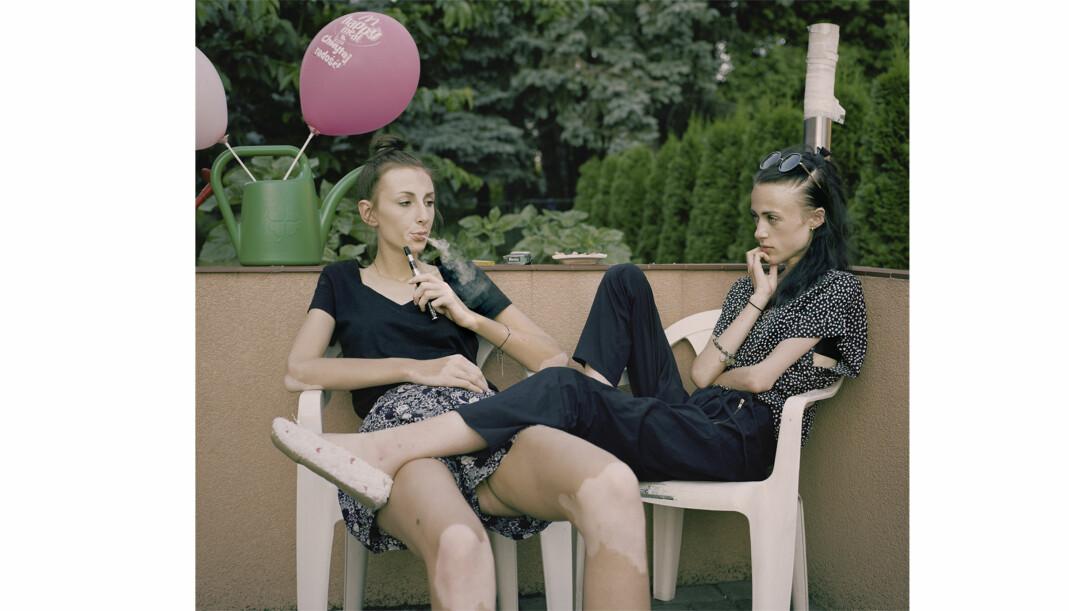 Karolina (18) and Kaia (19) er venner og tar en røyk sammen etter dagens siste møte. Foto: Marie Hald/Moment/INSTITUTE