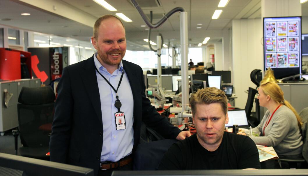 VGs nyhetssjef Geir Arne Kippernes (til høyre), her sammen med sjefredaktør Gard Steiro, mener svanen i Os har vært sommerens dyresak. Arkivfoto: Glenn Slydal Johansen