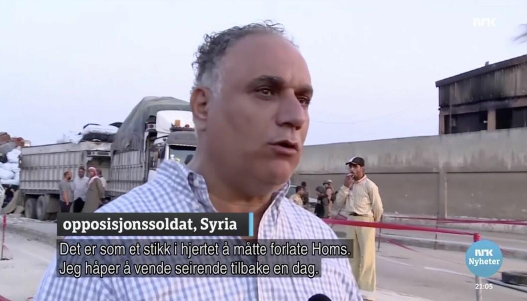 Skjermdump fra Dagsrevyen 21s innslag fra Syria 16. mai. Her er guvernøren for Homs, Talal al-Barazi avbildet som opposisjonssoldat og teksten fra NRK stemmer ikke overens med det han sier.