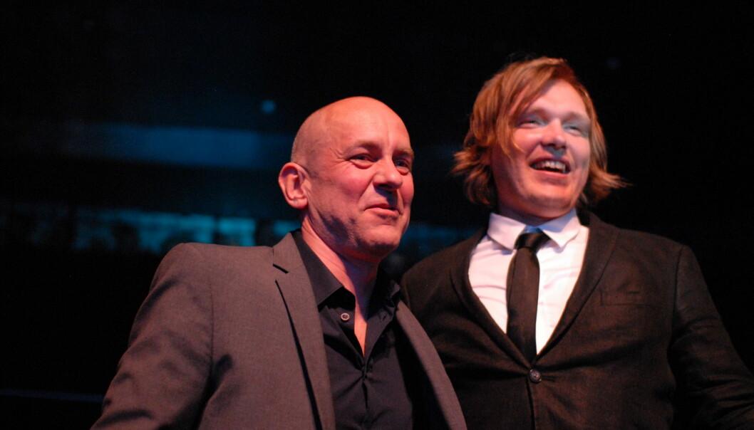 VGs Rolf Widerøe (til venstre) og kollega Bjørnar Tommelstad fikk seg pris for advokatsaken og Treholt-avsløringen, sammen med Gordon Andersen, under Medieprisene i Bergen