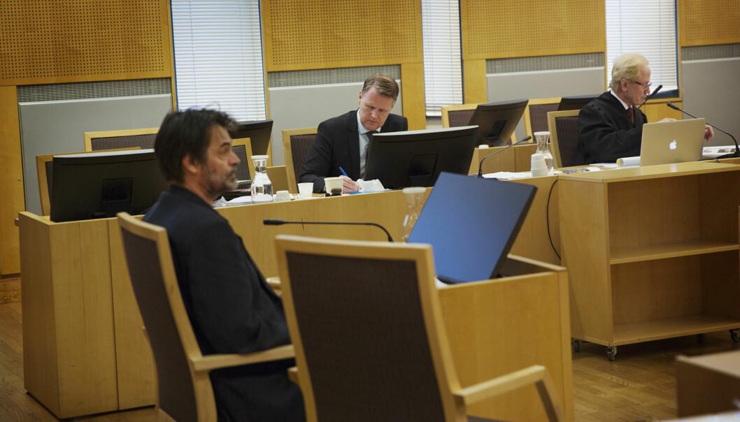 Tidligere pasientombud Knut Fredrik Thorne med kirurg Per Kristian Eide og advokat Per Danielsen i bakgrunn. Foto: Andrea Gjestvang