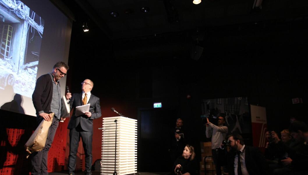 Aleksander Nordahl mottar prisen for Årets bilde i fjor. Arkivfoto: Martin Huseby Jensen