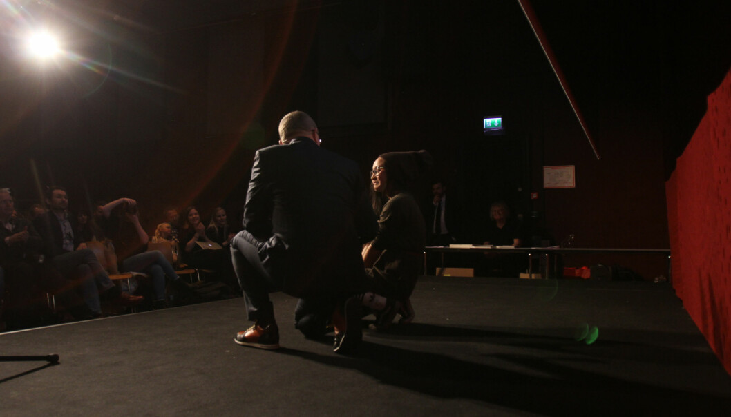 Kjersti Binh Hegna er årets nykommer i fotokategorien. Da hun skulle motta prisen ble det for mye, og hun valgte å sette seg ned på gulvet. Foto: Martin Huseby Jensen.
