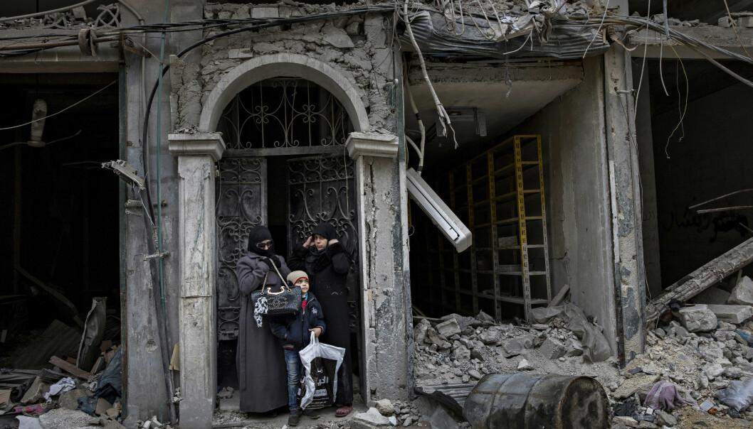 Ruinliv: En smijernsport er alt som står igjen av fasaden på huset til denne familien, i det som var en travel handlegate i Øst-Aleppo. I flere år har byens befolkning lidd og levd under granatregn. Ut fra ruinene kommer nå menneskene og historiene. Foto: Aleksander Nordahl