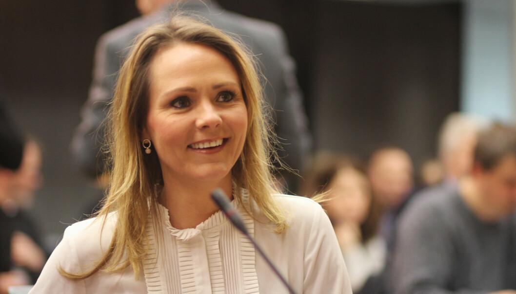 Kulturministeren fikk i dag Mediemangfoldsutvalgets rapport. Foto: Angelica Hagen