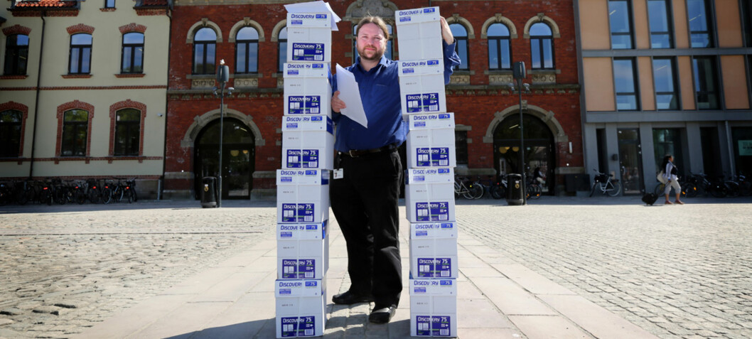 Tarjei Leer-Salvesen klapper for at arkivlovutvalget vil bevare mer av de digitale dokumentene i norsk offentlighet. Her står han med en stor mengde analoge dokumenter i en annen sammenheng. Arkivfoto: Kjartan Bjelland