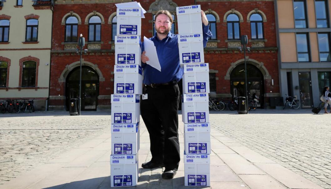 Det er store mengder dokumenter Kristiansand kommunen ikke gjorde søkbare. Så pass mange at de er dobbelt så høye som Tarjei Leer-Salvesen om de stables i høyden. foto: Kjartan Bjelland, Fædrelandsvennen