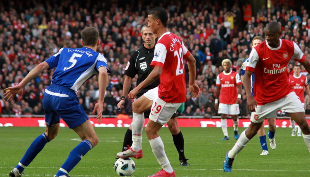 Roger Johnson, Marouane Chamakh og Abou Diaby i kampen mellom Arsenal og Birmingham City oktober 2010. Foto: Ronnie MacDonald, Creative Commons