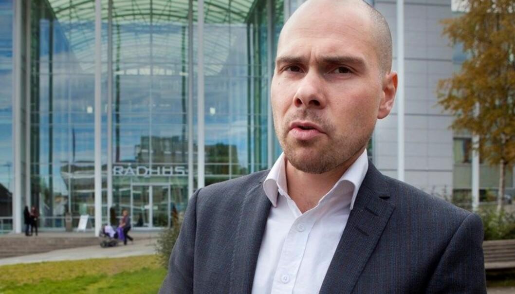 Anders Opdahl utenfor hovedkontoret til Nordlys i Tromsø. Foto: Amedia