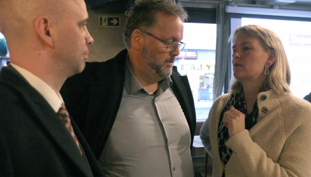 Administrerende direktør Randi Øgrey i Mediebedriftenes Landsforening (MBL) i samtale med Høyres Svein Harberg. Arbeiderpartiets Arild Grande til venstre. Foto: Glenn Slydal Johansen