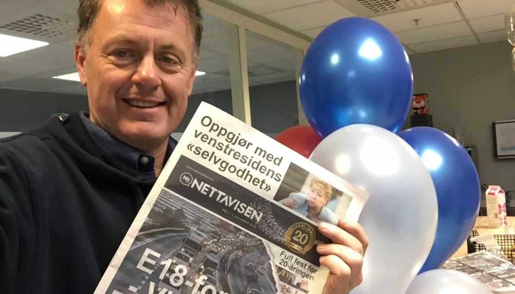 Gunnar Stavrum med dagens utgave av Nettavisen i papir. Foto: Privat