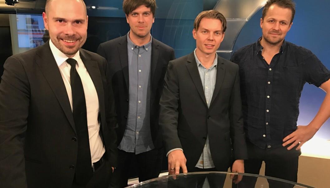 Regionredaktør Anders Opdahl (til venstre) sammen med journalist Amund Trellevik, vaktsjef Adrian Dahl Johansen og journalist Eirik Hind Sveen. Foto: NRK
