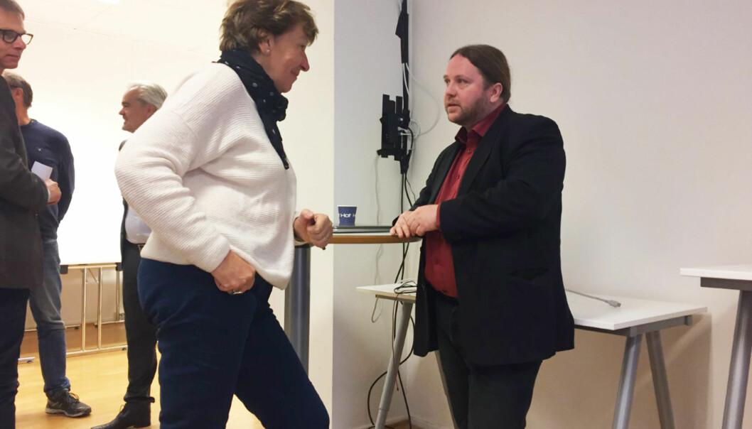 Ordfører Marianne Borgen i Oslo kommune takker mannen bak Innsyn.no, Tarjei Leer-Salvesen. Foto: Angelica Hagen
