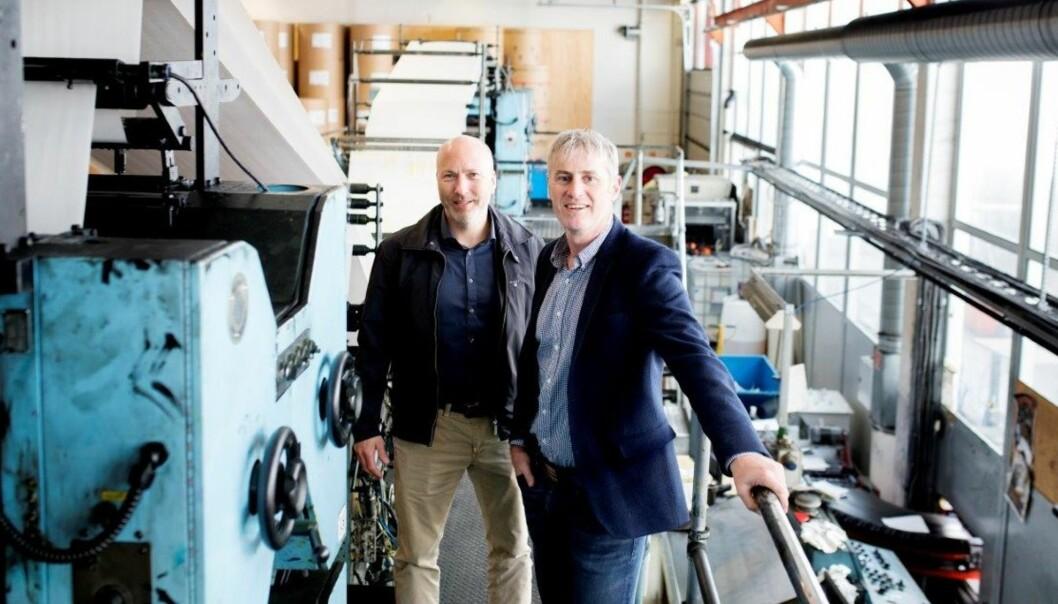 Daglig leder Reidar Hystad (t.v.) og ansvarlig redaktør Magne Kydland i Sunnhordland er klar til å produsere færre, men fyldigere papiraviser. Foto: Marius Knutsen, Sunnhordland