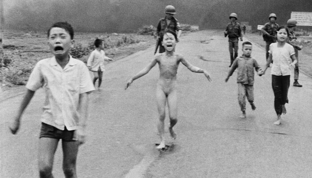 Dette bildet bryter med Facebooks retningslinjer om nakenhet. Det viser en gråtende Kim Phuc under Vietnamkrigen. Huden hennes brenner. Foto: Nick Ut/AP/NTB Scanpix