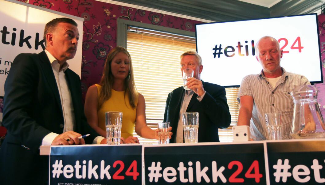 Jan-Erik Larsen (til venstre) mener det begås mye slett journalistikk og fikk støtte av Hans-Christian Vadseth (med vannglass). Therese Manus og Arne Jensen. Foto: Ole Dag Kvamme.