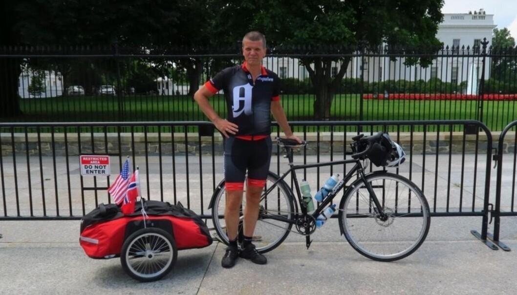 Gunnar Kagge startet turen utenfor Det hvite hus i Washington 1. juli. Foto: Sykkelgunnar