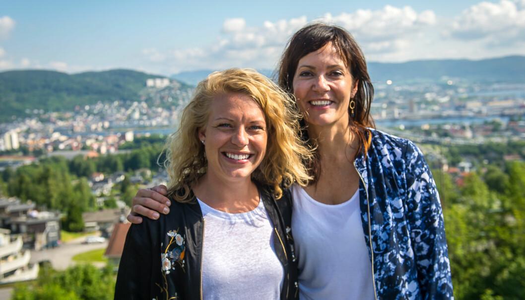 Kristin Monstad Lund (til høyre) er fornøyd med å ha fått på plass den siste redaktøren i sin redaktørgruppe. Foto: Drammens Tidende