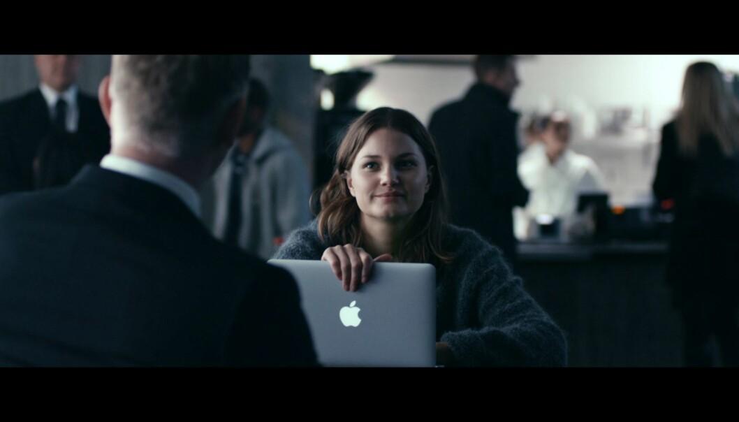 Statsministerens datter Amelia (spilt av Iben Akerli) i Mammon bruker Macbook. Foto: Glenn Meling/NRK