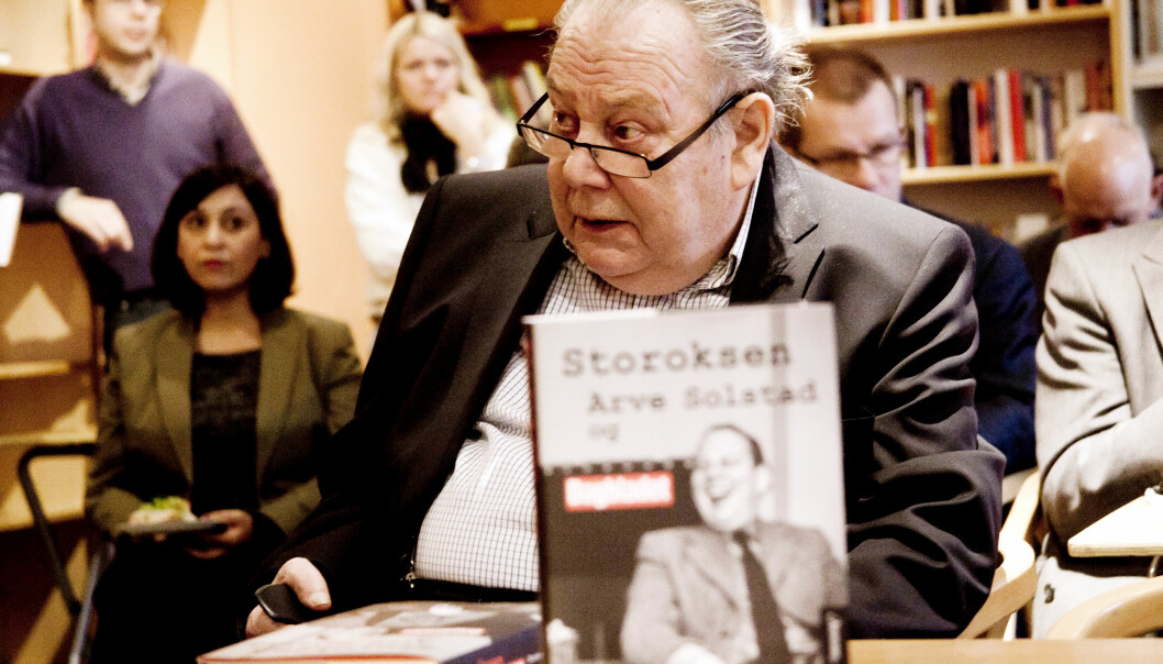 "Tidligere Dagbladet-redaktør Arve Solstad i 2011 med biografien ""Storoksen"", forfattet av Christopher Hals Gylseth. Foto: Kathrine Geard"