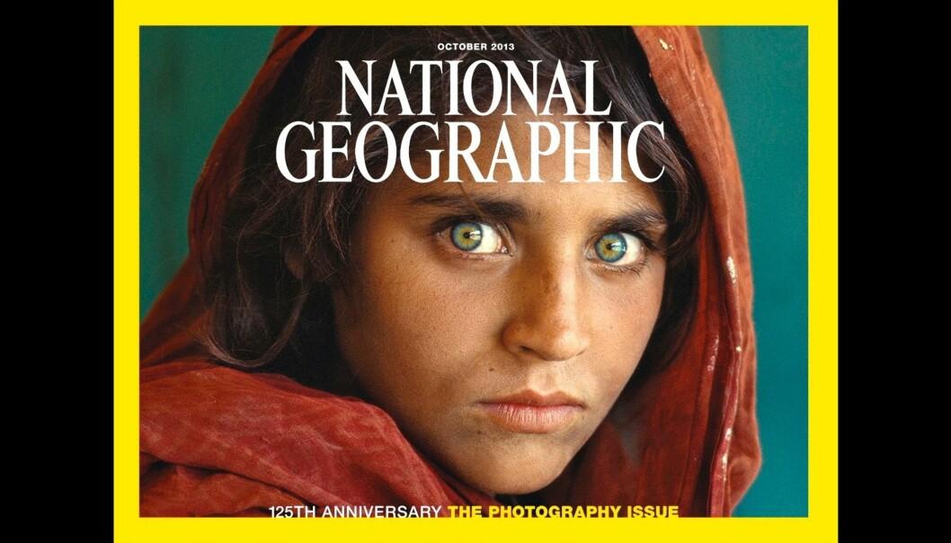 Steve McCurrys ikoniske portrett av Sharbat Gula fra 1984 er blitt beundret av mange. Nå er fotografen tatt i juks og det bidrar til tvil om hva som er ekte eller ei. Foto: National Geographic
